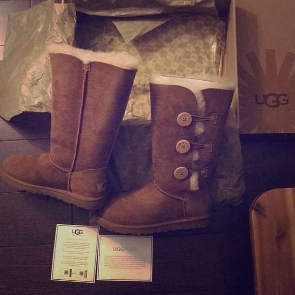 215ab337cd8 NEW IN BOX UGG BAILEY BUTTON TRIPLET NWT